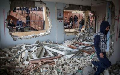 Inspection des dégâts par des Palestiniens dans la maison de Baha Allian, qui a été démolie par l'armée israélienne dans le quartier de Jabel Mukaber à Jérusalem Est, dans le cadre d'une mesure punitive d'Israël pour un attentat terroriste, le 4 janvier 2015. (Crédit : Hadas Parush / Flash90)