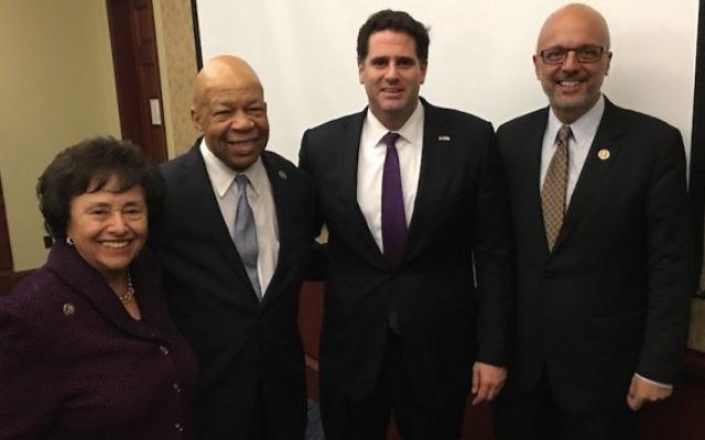 De gauche à droite : Nita Lowey (état de New York), Elijah Cummings (Maryland), l'ambassadeur israélien aux Etats-Unis Ron Dermer et Ted Deutch (Floride), pour le mois de l'histoire noire au Capitole, à Washington, le 24 février 2016. (Crédit : Ron Kampeas via JTA)