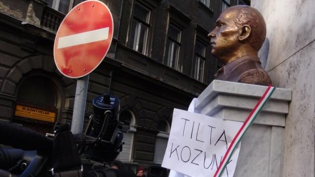 Une statue de Gyorgy Donath à Budapest, le 24 février 2016. (Crédit : autorisation d'Adam Csillag/JTA)