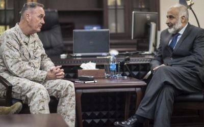 Joseph F. Dunford Jr., le chef d'état-major des armées américaines, et le ministre afghan de la Défense Masoom Stanekzai, au ministère de la Défense à Kaboul, en Afghanistan, le 2 mars 2016 (Crédit : D. Myles Cullen / Département de la Défense)