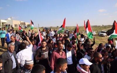 Des manifestants pendant la Journée de la Terre dans le village bédouin d'Umm al-Hiran, dans le Néguev, le 30 mars 2016. (Crédit : autorisation de la Liste arabe unie)