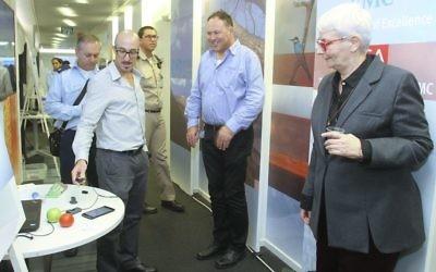 La présidente d'EMC Israel Orna Berry (à droite) étudie l'une des technologies exposée pendant la journée porte ouverte de l'EMC Global Innovation, le 17 novembre 2015 (Crédit : Autorisation)