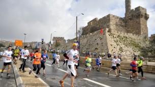 Des coureurs qui traversent la Vieille Ville de Jérusalem pendant le marathon de 2012 (Crédit : Yoav Are Doodkevitch/Flash90)