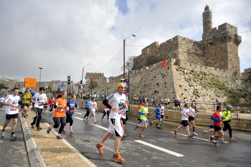 Des coureurs qui traversent la Vieille Ville de Jérusalem pendant le marathon de 2012 (Crédit : Yoav Are Doodkevitch / Flash90)