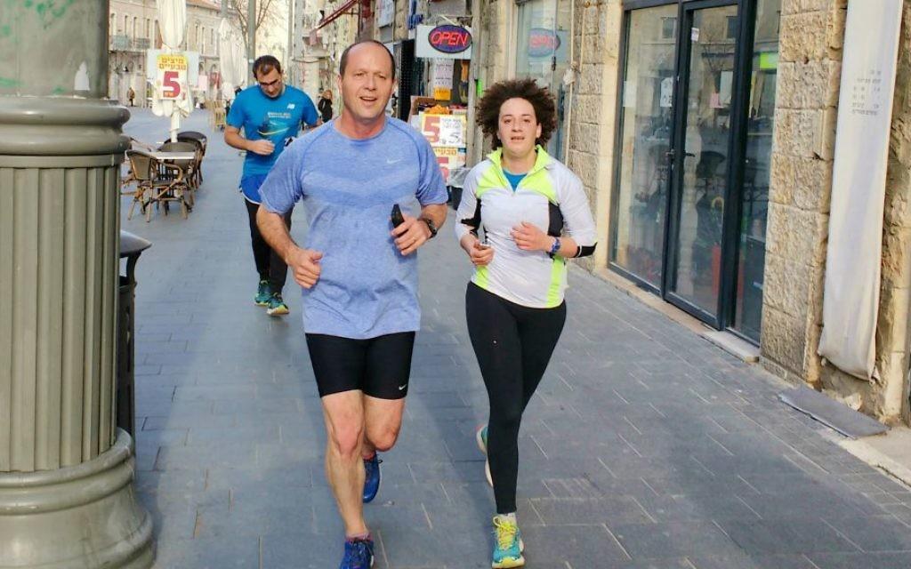 Melanie Lidman s'est joint au maire de Jérusalem, Nir Barkat, lors de l'un de ses joggings matinaux réguliers de sa maison au bureau de la municipalité le 10 février 2016 (Crédit : Melanie Lidman / Times of Israel)