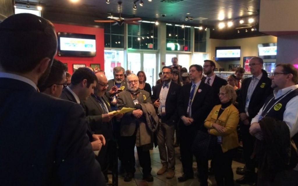 Un groupe de rabbins se rassemble dans le centre Verizon en protestation pendant que Donald Trump s'exprime devant le public de la conférence politique de l'AIPAC, à  Washington, le 21 mars 2016. (Crédit : Eric Cortellessa/Times of Israel)