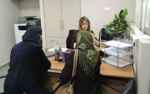 Deux femmes rencontrant une conseillère à l'emploi au centre d'emploi Rayan de Nazareth, le 3 mars 2016. (Crédit : Melanie Lidman/Times of Israel)