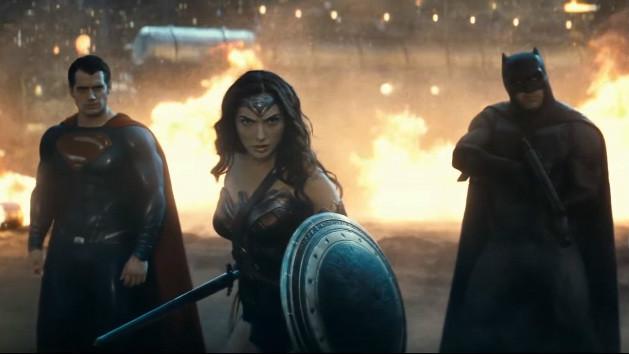 Gal Gadot en Wonder Woman, aux côtés de Batman, joué par Ben Affleck (à droite) et Henry Cavill incarnant Superman (à gauche) (Crédit : Capture d'écran YouTube)