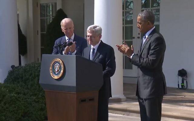 Merrick Garland à la Maison Blanche, aux côtés de Barack Obama, à droite, et Joe Biden, a gauche, le 16 mars 2016 (Crédit : Capture d'écran YouTube / WH.gov)