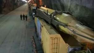 Un missile balistique dans ce que l'Iran dit être une base souterraine, dans un emplacement non dévoilé du pays. La base serait située à 500 mètres sous la surface du sol. (Crédit : capture d'écran PressTV)
