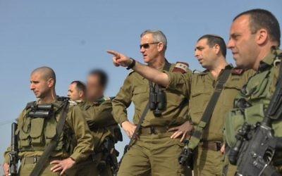 Le général Ofek Bouchris, deuxième à droite, avec le chef d'Etat major d'alors Benny Gantz pendant une visite du nord d'Israël, quand Bouchris dirigeait la division Bashan de l'armée israélienne, en 2014. (Crédit : unité des portes-paroles de l'armée israélienne)
