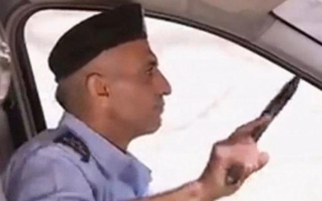Un policier de l'Autorité palestinienne se prépare à attaquer des soldats israéliens dans  une vidéo de propagande produite par le Hamas. (Crédit : capture d'écran Dixième chaîne)
