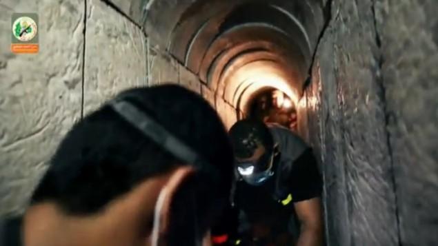Une capture d'écran d'une vidéo datant d'août  2015 où le Hamas prétend montrer un tunnel creusé à Gaza sous la frontière israélienne (Crédit : Capture d'écran Ynet)