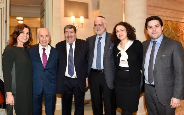 Shimon Peres à l'hôtel Le Meurice lors d'une rencontre interconfessionnelle avec  Aliza Ben Nun, Delphine Horvilleur, Michel Serfaty et Abderrahmane Dahmane à Parls, France, le 24 mars 2016 (Crédit : Erez Lichtfeld)
