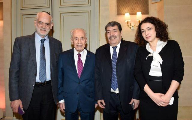 Shimon Peres à l'hôtel Le Meurice lors d'une rencontre interconfessionnelle avec Delphine Horvilleur, Michel Serfaty et Abderrahmane Dahmane à Parls, France, le 24 mars 2016 (Crédit : Erez Lichtfeld)