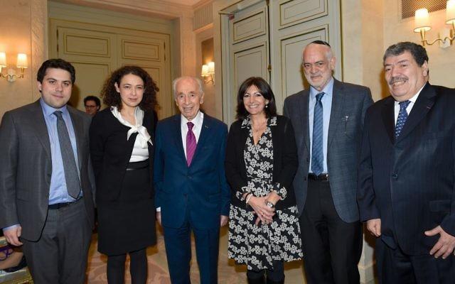 Shimon Peres et Anne Hidalgo à l'hôtel Le Meurice lors d'une rencontre interconfessionnelle avec  Aliza Ben Nun, Delphine Horvilleur, Michel Serfaty et Abderrahmane Dahmane à Parls, France, le 24 mars 2016 (Crédit : Erez Lichtfeld)