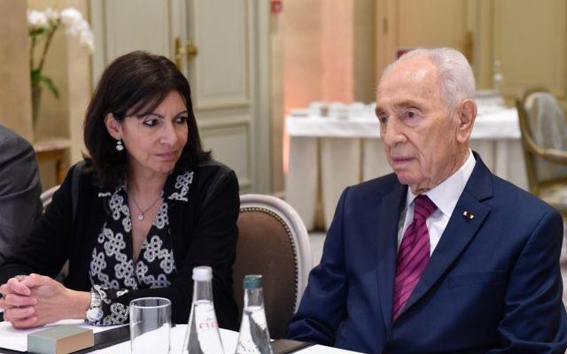 Shimon Peres avec Anne Hidalgo à l'hôtel Le Meurice lors d'une rencontre interconfessionnelle à Paris, France, le 24 mars 2016 (Crédit : Erez Lichtfeld)