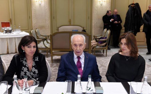 Shimon Peres à l'hôtel Le Meurice lors d'une rencontre interconfessionnelle avec Anne Hidalgo, la maire de Paris et des dirigeants religieux, à Parls, France, le 24 mars 2016 (Crédit : Erez Lichtfeld)