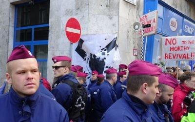 Des manifestants en 2014 à Budapest pendant un rassemblement contre le projet de statue du gouvernement hongrois. La statue est perçue comme minimisant la responsabilité de la Hongrie pendant l'Holocauste. (Crédit : Cnaan Liphshiz/JTA)