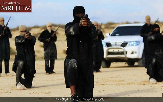 Les terroristes de Province du Sinaï, groupe affilié de l'Etat islamique, le 6 février 2016. (Crédit : Telegram.me/HaiAlaElJehad5 via MEMRI)