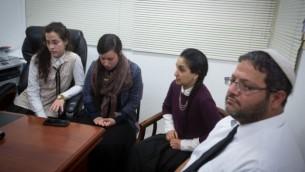 L'avocat Itamar Ben Gvir lors d'une conférence de presse avec des femmes qui étudient à un séminaire dirigé par le rabbin Aharon Ramati à Jérusalem (Crédit photo: Miriam Alster / Flash90)