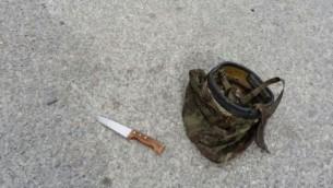 Le couteau utilisée dans l'attaque de Hébron, à côté d'un casque de l'armée israélienne, le 24 mars 2016. (Crédit : autorisation)