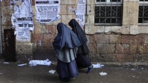 Jeunes filles ultra orthodoxes portant des vêtements similaires aux filles de la secte Lev Tahor, marchant dans le quartier de Mea Shearim à Jérusalem. Illustration. (Crédit : Yaakov Naumi/Flash90)