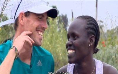 Lonah Chemtai et son mari, Dan Salpeter (Crédit : Capture d'écran Dixième chaîne)