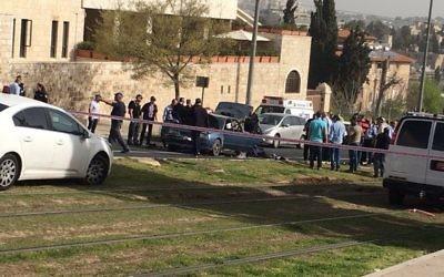 La police sur la scène d'une attaque terroriste près de la Vieille Ville de Jérusalem, le 9 mars 2016. (Crédit : police israélienne)