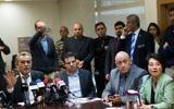 Les membres de la Liste arabe unie Jamal Zahalka (à gauche), Hanin Zoabi (à droite), Basel Ghattas (deuxième à droite) et Ayman Odeh (au centre) pendant la réunion de parti hebdomadaire à la Knesset, le 8février 2016. (Crédit : Yonatan Sindel/Flash90)