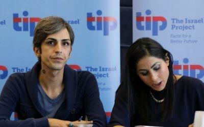 Payam Feili (à gauche), avec une traductrice, à Jérusalem, le 29 février 2016. (Crédit : Luke Tress/Times of Israel)