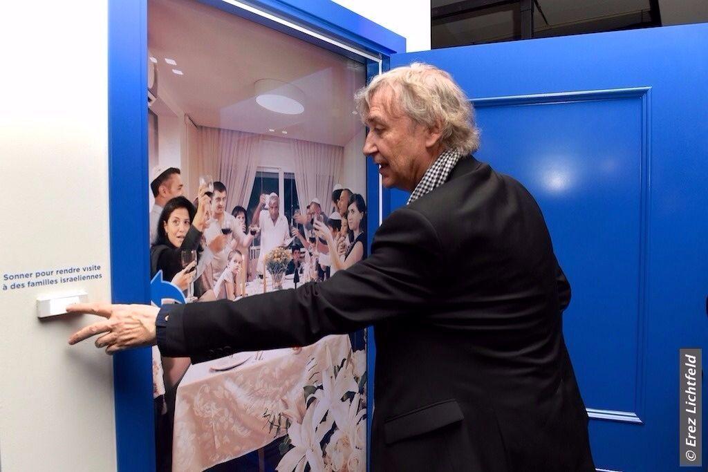 Plantu à l'exposition 'Open a door to Israel' (Crédit : Erez Lichtfeld)