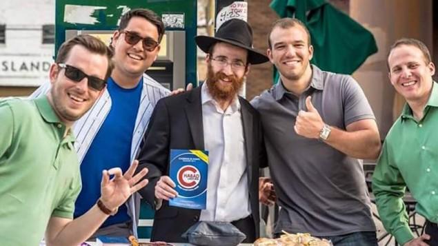 Le rabbin Kotlarsky a commencé une tradition de téfilin devant le Wrigley Field de Chicago. (Crédit : Chabad.org)
