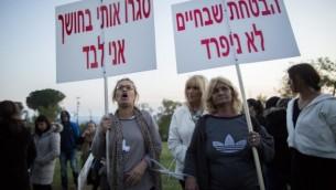 Les parents et amis de jeunes femmes juives religieuses manifesent devant la Knesset à Jérusalem le 14 avril 2015, contre ce qu'ils croient être la violence psychologique du rabbin Aharon Ramati et l'isolement de leurs filles à son domicile dans le quartier Sanhédriah de Jérusalem (Crédit photo: Yonatan Sindel / Flash90)