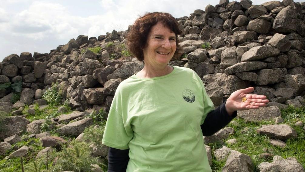 Laurie Rimon avec une pièce datant de 2 000 ans qu'elle a trouvé lors d'une randonnée (Crédit : Samuel Magal/Autorisation de l'Autorité des Antiquités d'Israël)