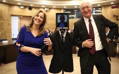 Les députés Aliza Lavie (à gauche) et Manuel Trachtenberg posent avec le robot « visiteur » à une session de la commission des Sciences et de la Technologie à la Knesset, le 2 février 2016 (Crédit : Porte-parole de la Knesset)