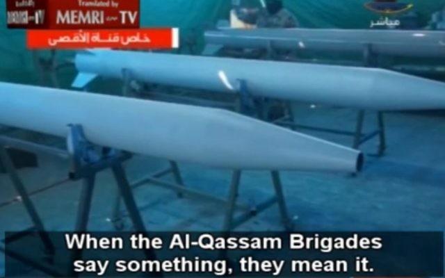 Capture d'écran de la MEMRI d'un reportage de Hamas TV sur la production de roquettes, en août 2014 (Crédit : MEMRI)