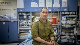 Roy Harel, victime de l'attaque à Eli, au centre médical Shaare Zedek de Jérusalem, le 2 mars 2016. (Crédit : Yonatan Sindel/Flash90)
