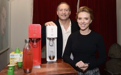 Scarlett Johansson et Daniel Birnbaum de Sodastream (Crédit : Mike Coppola / Getty Images for SodaStream / via JTA)