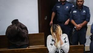 Shiri Sobol et son petit-ami, David Eran, à une audience à la Cour de Tel Aviv le 19 Février 2016. Shiri Sobol et David Eran sont soupçonnés d'avoir tué Hili Sobol, la soeur jumelle de Shiri à Tel Aviv (Crédit : Flash90)