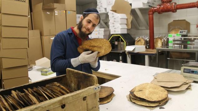 Chaque matzah shmoura est inspectée pour sa qualité et son adhésion aux normes cashers avant d'être emballée. (Crédit : Uriel Heilman)