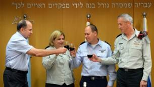 Hagi Topolinski, directeur de la division des ressources humaines de l'armée (deuxième à droite) avec son prédécesseur, Orna Barbivai. (Crédit : unité des portes-paroles de l'armée/Flash90)