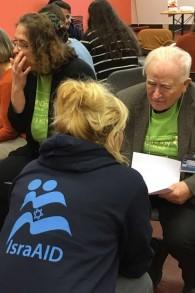 Gerhard Baader et un volontaire d'IsraAID (Crédit : IsraAID)