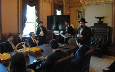 Matt Nosanchuk, assis en bout de table pendant une lecture de la Méguila de Pourim dans la salle de réception diplomatique de la Maison Blanche, le 24 mars 2016. (Crédit : Maison Blanche)
