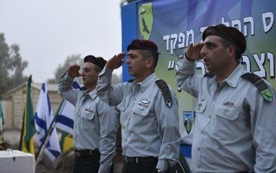 Le général Ofek Bouchris, à droite, pendant la cérémonie marquant la fin de son commandement de la division Bashan, avec le commandant du Nord, le général Aviv Kochavi, au centre, et le général Yaniv Asur, en septembre 2015. (Crédit : unité des portes-paroles de l'armée israélienne)
