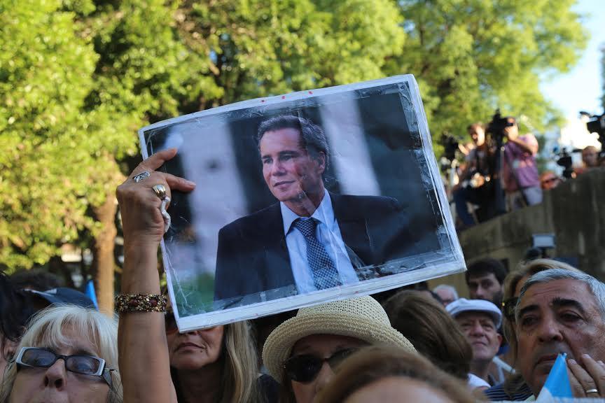 Une veillée à Buenos Aires pour le premier anniversaire de la mort du procureur Alberto Nisman, le 18 janvier 2016. (Crédit : Omer Musa Targal / Agence Anadolu / Getty Images)