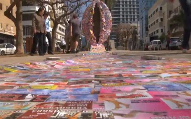 Un vagin de 3 mètres fabriqué à partir de cartes de publicité pour des services de prostitution. L'oeuvre, de Sasha Kurbatov et Vanan Borian, a été placée sur l'avenue Rothschild à Tel-Aviv le mardi 8 mars 2016, pour coïncider avec la Journée internationale de la Femme (Crédit : Capture d'écran Ynet)