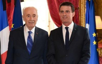L'ancien président Shimon Peres et le Premier ministre français Manuel Valls à Matignon le 24 mars 2016 à Paris, en France (Crédit : Erez Lichtfeld)