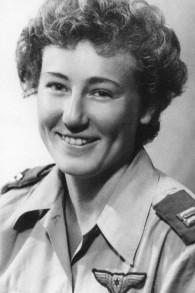 Yael Rom, la première pilote à être diplômée de l'école des ailes de l'armée de l'air israélienne, avant que la pratique ne soit arrêtée pendant des décennies. (Crédit : Wikipedia/IAF)