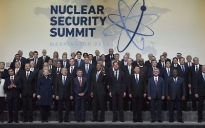Le président américain Barack Obama et d'autres dirigeants mondiaux pour la photo de famille du sommet sur la sûreté nucléaire, à Washington D.C., le 1er avril 2016. (Crédit : AFP / MANDEL NGAN)